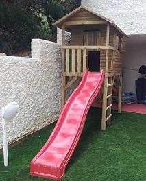 בית עץ מוגבה עם מגלשה