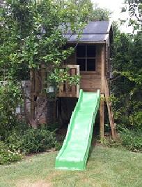 בית עץ עם מגלשת צד